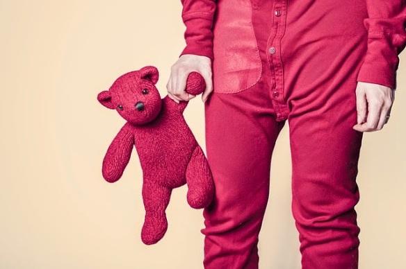niño-con-peluche-rojo-juguete
